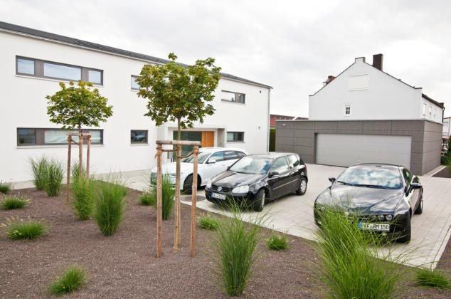 Bürogebäude mit Parkplätzen